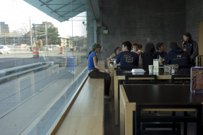 Students at table in Simmons dining hall
